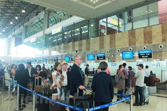 Hành khách làm thủ tục tại sân bay Nội Bài. (Ảnh: Việt Hùng/Vietnam+)