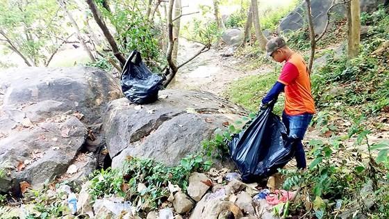 Khu vực đầy rác thải nhựa trên bán đảo Sơn Trà (Đà Nẵng) đang được các bạn trẻ thu gom