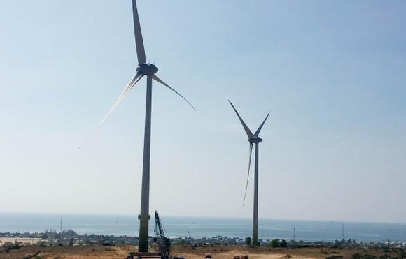 Các tuabin gió của nhà máy điện gió Mũi Dinh (Thuận Nam, tỉnh Ninh Thuận) hoạt động phát điện. (Ảnh: Công Thử/TTXVN)