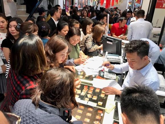 Khách hàng giao dịch vàng miếng tại Phú Quý. (Ảnh: Đức Duy/Vietnam+)