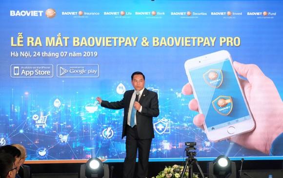 Ông Đỗ Trường Minh, Tổng Giám đốc Tập đoàn Bảo Việt, giới thiệu ứng dụng BaovietPay kết nối các dịch vụ tài chính.