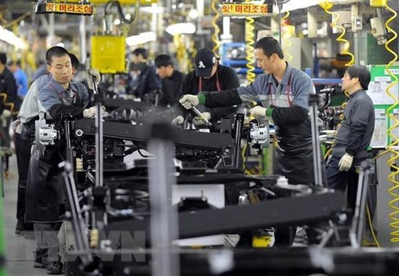 Công nhân làm việc tại một nhà máy sản xuất ôtô ở Pyeongtaek, Hàn Quốc. (Ảnh: AFP/TTXVN)