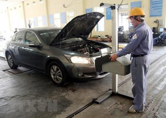 Trong trường hợp Quỹ Bảo trì đường bộ dừng hoạt động, chủ phương tiện ôtô vẫn phải nộp phí tại các đơn vị đăng kiểm xe cơ giới trên cả nước. (Ảnh: Hoàng Hùng/TTXVN)