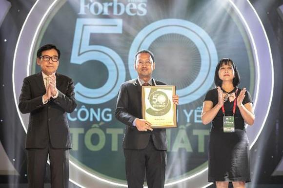 Ông Nguyễn Minh Quang – Giám đốc Khối Kinh Doanh & Tiếp Thị Tập đoàn Nam Long nhận giải thưởng từ Ban Tổ Chức