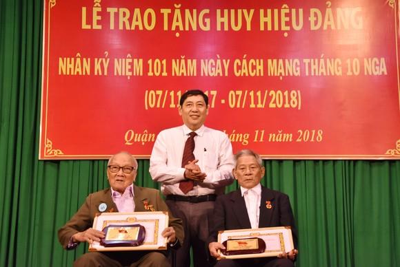 Nhiều quận trao Huy hiệu Đảng đợt 7-11-2018 ảnh 3