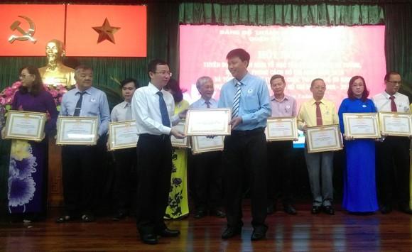 Bí thư Quận ủy quận 10 Đặng Quốc Toàn trao Giấy khen cho các gương điển hình học tập và làm theo Chủ tịch Hồ Chí Minh