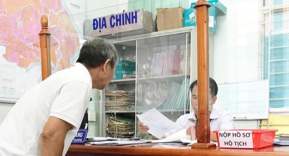 Người dân đang làm thủ tục nhà đất tại UBND phường Phước Long B, quận 9. Ảnh: KIỀU PHONG