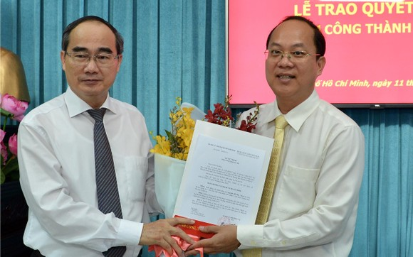 Bí thư Thành ủy TPHCM Nguyễn Thiện Nhân trao quyết định bổ nhiệm đồng chí Nguyễn Hồ Hải. Ảnh: VIỆT DŨNG