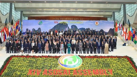 Chủ tịch Quốc hội Nguyễn Thị Kim Ngân cùng các đại biểu chụp hình chung. Ảnh: TTXVN