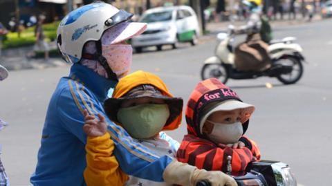 Theo các nhà khoa học, tuy phần nào giúp bảo vệ người sử dụng khỏi khói bụi, song việc đeo khẩu trang không giúp chống được bụi mịn độc hại - bụi PM2.5
