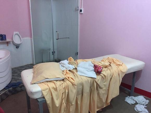 Kiểm tra cơ sở massage vùng ven phát hiện 2 nữ nhân viên kích dục cho khách ảnh 2