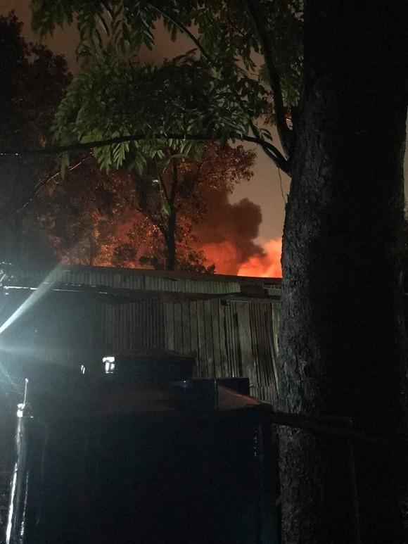 Cháy phân xưởng lốp xe, nhiều sinh viên cùng dân tháo chạy tán loạn trong cơn mưa ảnh 1