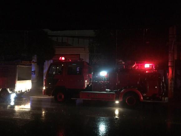 Trụ điện bốc cháy dữ dội kèm tiếng nổ ở khu dân cư, hàng chục người hoảng sợ ảnh 3