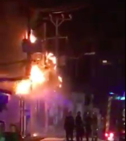 Trụ điện bốc cháy dữ dội kèm tiếng nổ ở khu dân cư, hàng chục người hoảng sợ ảnh 8