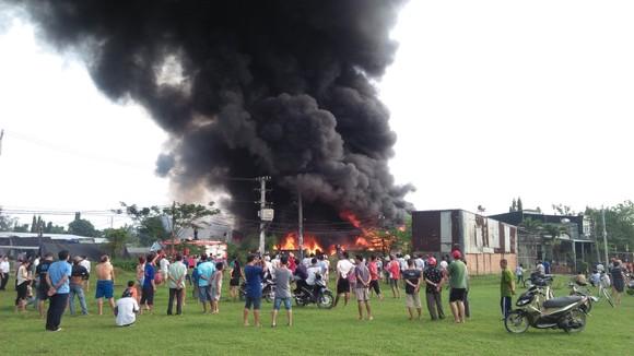 Đang cháy lớn ở xưởng keo, phế liệu rộng hàng trăm mét vuông tại huyện Bình Chánh ảnh 1