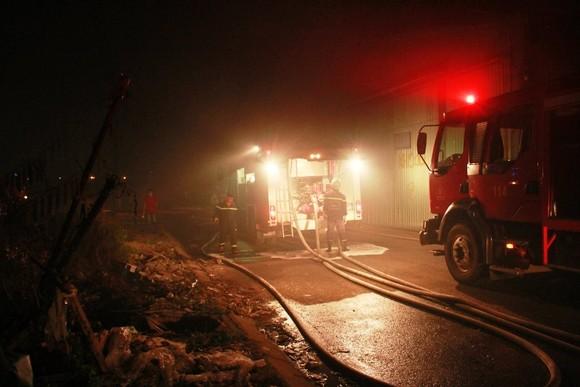 Cháy lớn kho hàng chứa dầu nhớt ở quận 12, nhiều người hoảng sợ ảnh 4