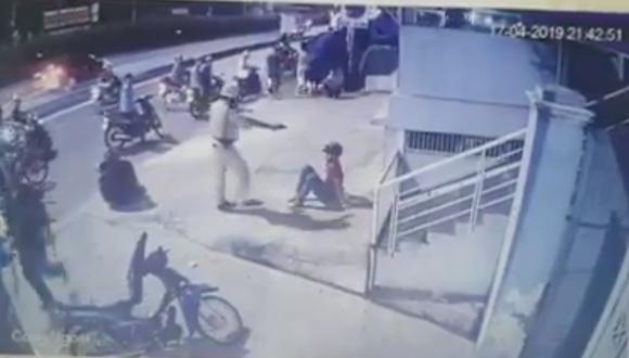 Xôn xao clip CSGT chĩa súng, đánh 2 người sau va chạm giao thông ảnh 1