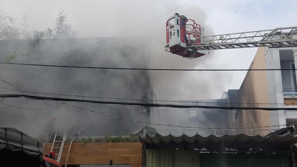 Cháy lớn tại công ty chuyên trang trí ô tô, nhiều nhà dân bị ảnh hưởng ảnh 4