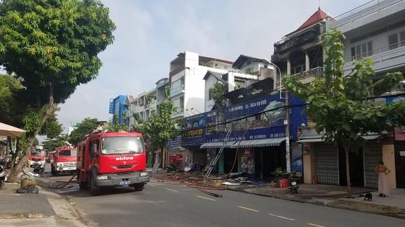 Cháy lớn tại công ty chuyên trang trí ô tô, nhiều nhà dân bị ảnh hưởng ảnh 1