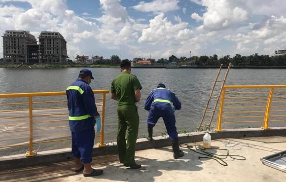 2 thi thể nam giới trôi trên sông Sài Gòn ảnh 1
