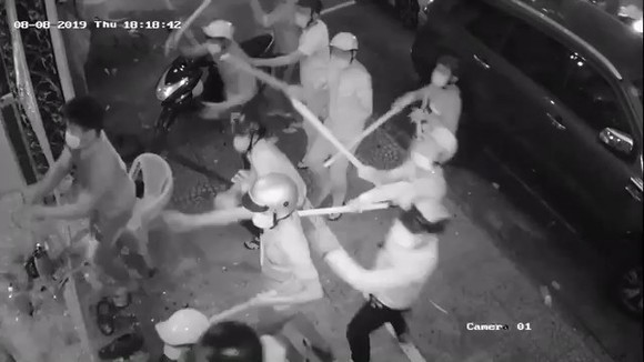 Nhóm 'giang hồ' dùng hung khí đập phá nhà hàng ở trung tâm TPHCM ảnh 1
