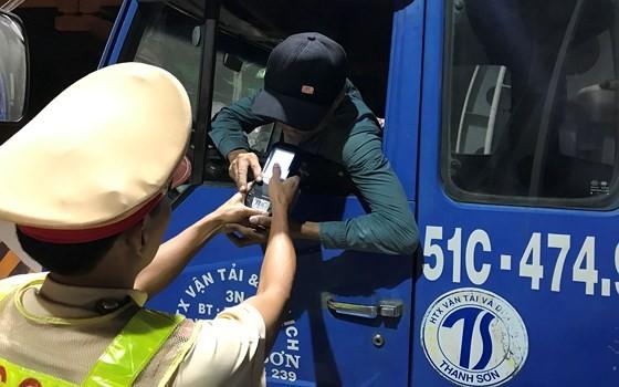 Lực lượng CSGT TPHCM kiểm tra nồng độ cồn tài xế