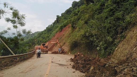 Một điểm sạt lở đang được khắc phục trên tuyến quốc lộ 7 từ Mường Xén đi Nậm Cắn (Kỳ Sơn)