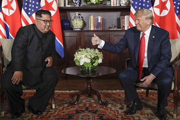 特朗普總統向朝鮮領導人金正恩豎起拇指。