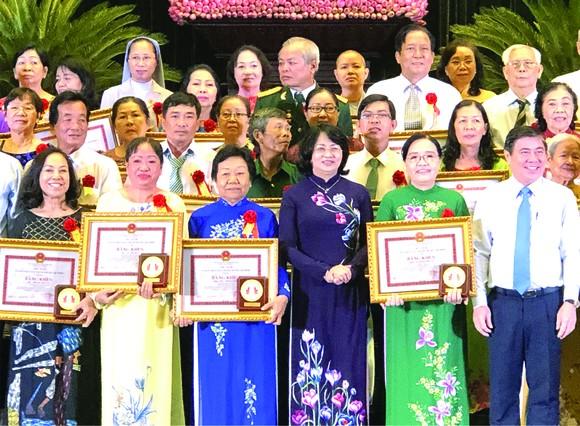 國家副主席鄧氏玉盛(前排左四)頒發獎狀給各模範。