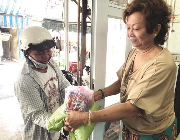 曾瑞芳女士向窮人發送禮物。