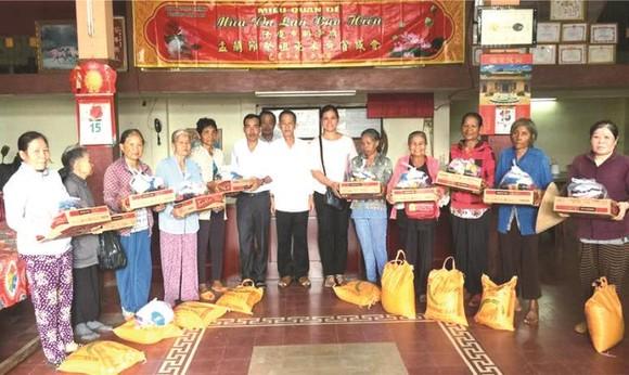 理事會代表向貧戶贈送禮物。