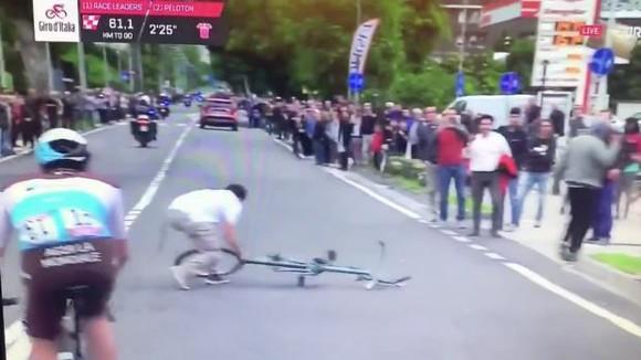 Giro d'Italia: CĐV quẳng xe giữa đường, Cima vẫn băng băng về đích ảnh 1