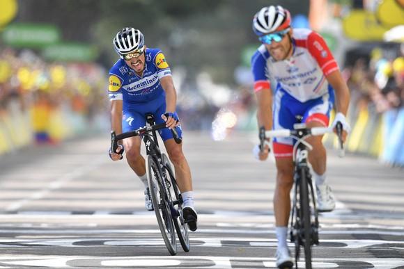 Tour de France: De Gendt thắng chặng 8, bị tố núp gió xe mô tô, Alaphilippe vẫn tái chiếm Áo vàng ảnh 3