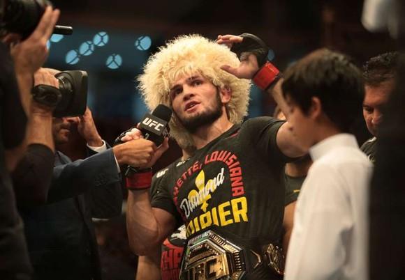 """UFC 242: """"Đại bàng Nga"""" Khabib lại lừa thế siết cổ khiến đối thủ phải đập tay xin hàng ảnh 7"""