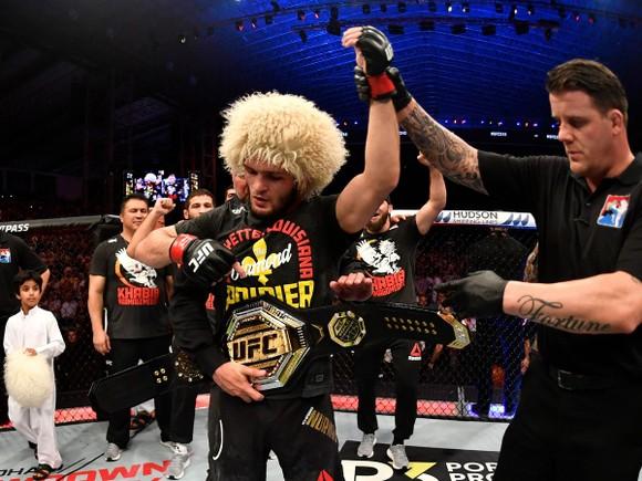 """UFC 242: """"Đại bàng Nga"""" Khabib lại lừa thế siết cổ khiến đối thủ phải đập tay xin hàng ảnh 5"""