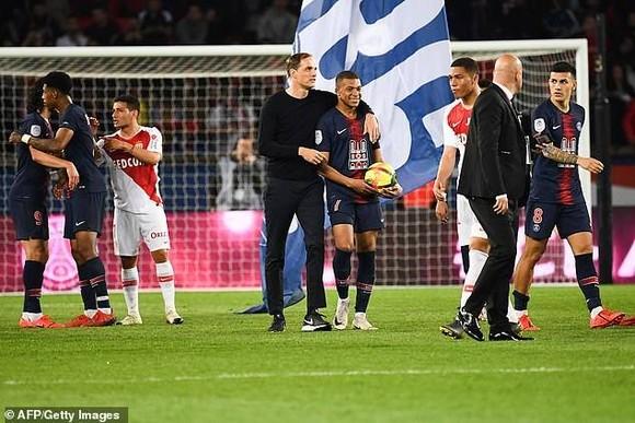 Thomas Tuchel và  Mbappe trên sân sau trận đấu