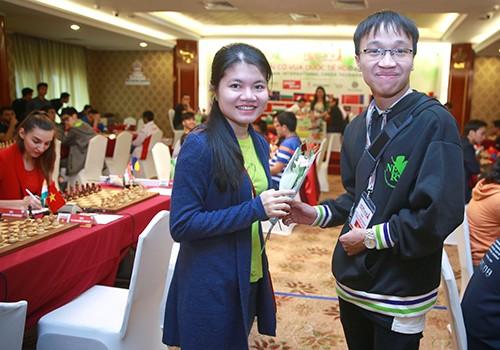 Trường Sơn tặng hoa hồng cho vợ Thảo Nguyên nhân ngày 8-3. Ảnh: Nhật Anh