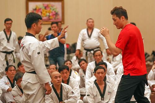 Chuyên gia võ thuật Hàn Quốc DK Yoo giảng dạy cách tự vệ thực chiến cho võ sinh Việt Nam. Ảnh: Dũng Phương