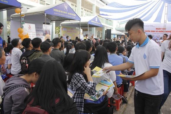 Đà Nẵng: Hàng trăm học sinh tham gia tư vấn tuyển sinh và hướng nghiệp  ảnh 1