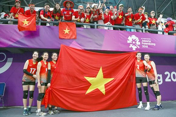 Người hâm mộ Việt Nam đã đồng hành cùng đội tuyển bóng chuyền nữ trong chiến thắng 3-1 trước Indonesia. Ảnh: DŨNG PHƯƠNG