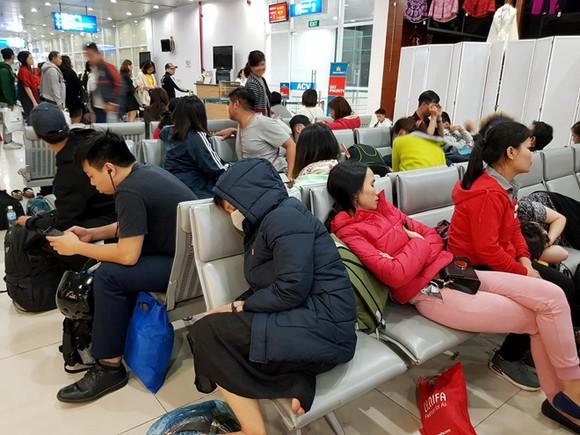 Hành khách vạ vật tại sân bay