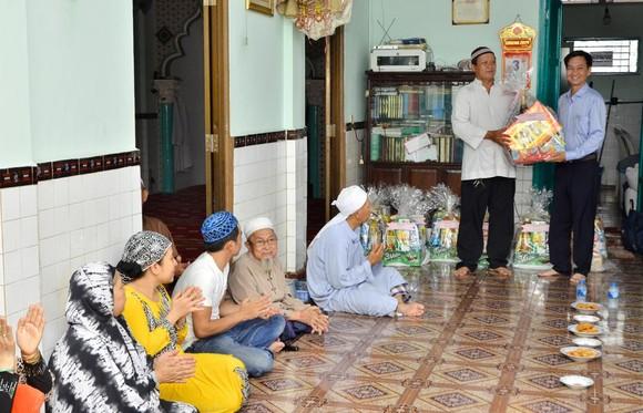 Lãnh đạo quận Bình Thạnh thăm hỏi tặng quà đồng bào dân tộc Chăm sinh sống tại địa bàn