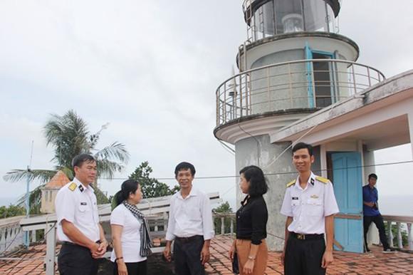 Đồng chí Võ Thị Dung thăm cán bộ, chiến sĩ Trạm Hải đăng Thổ Chu