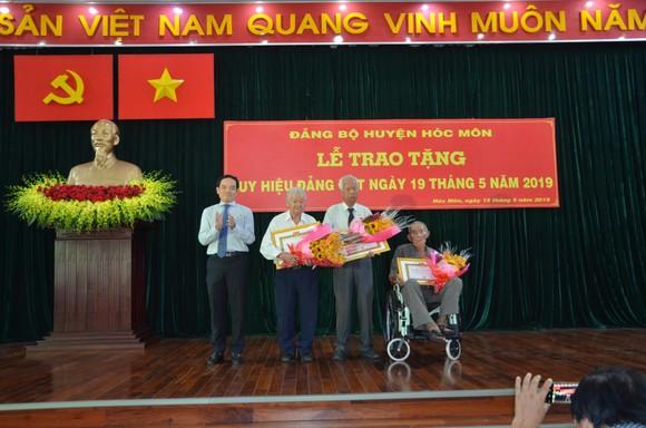 Huyện Hóc Môn trao tặng huy hiệu Đảng cho 54 đảng viên đợt 19-5      ảnh 1