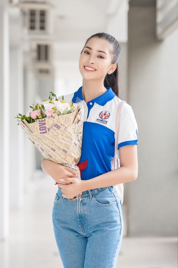 Hoa hậu Tiểu Vy về trường, tham gia buổi học đầu tiên ảnh 1