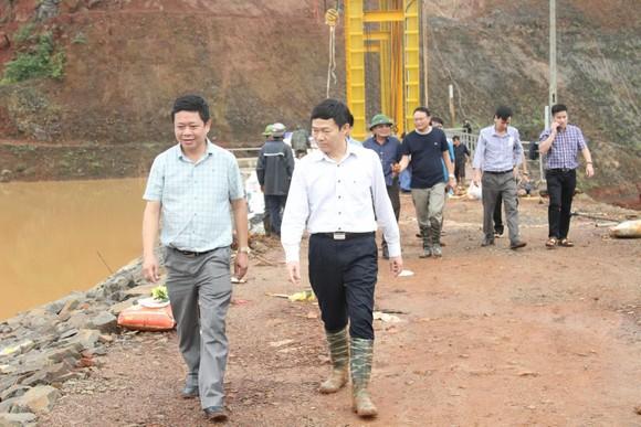 Thủy điện Đắk Kar: Mực nước giảm nhưng chưa xử lý được sự cố kẹt van xả ảnh 1