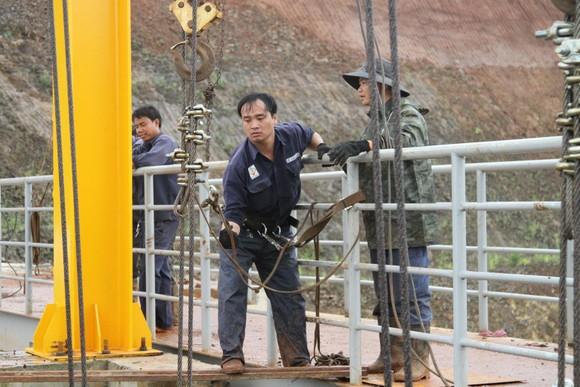 Thủy điện Đắk Kar: Mực nước giảm nhưng chưa xử lý được sự cố kẹt van xả ảnh 3