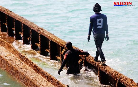 Cận cảnh thợ lặn ngâm mình giữa biển, tìm cách lặn vào khoang tàu đắm ảnh 6