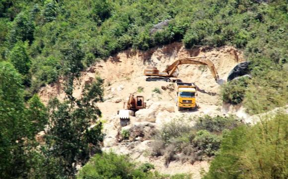 Vụ 'đất tặc' lộng hành đào phá núi Mò O: Chính quyền có 'giơ cao đánh khẽ'? ảnh 1
