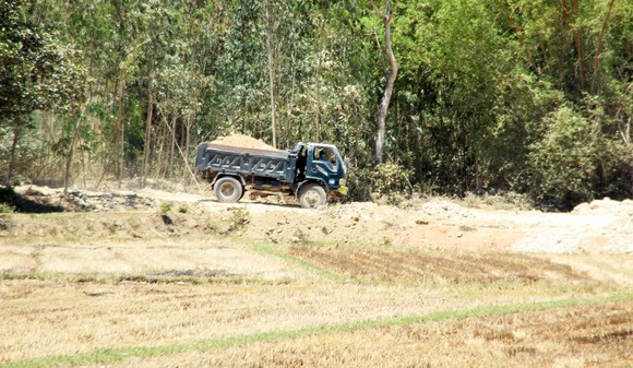 Vụ 'đất tặc' lộng hành đào phá núi Mò O: Chính quyền có 'giơ cao đánh khẽ'? ảnh 3